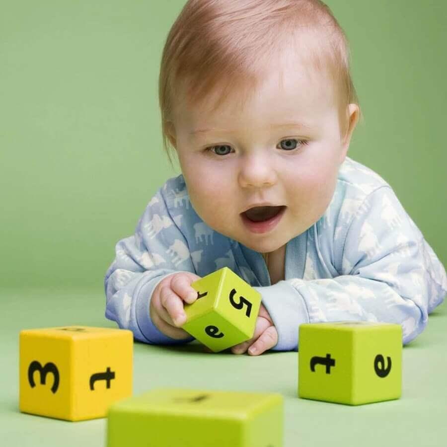Dziecko układające kostki z cyframi i literami