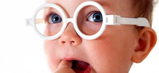 Dziecko w białych okularach