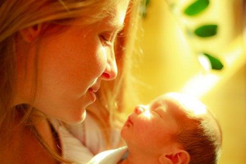 Dotyk matki potrafi nawet złagodzić ból u wcześniaków