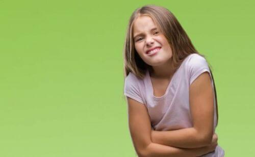 Dziewczyna ma ból brzucha ośrodkowo-zależny