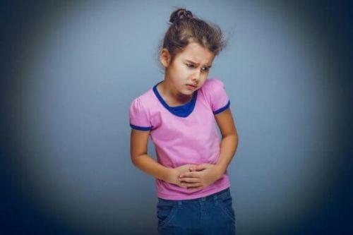 Dziewczynka odczuwa ból brzucha