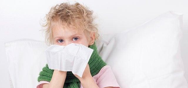Dziewczynka wydmuchująca nos w chusteczkę