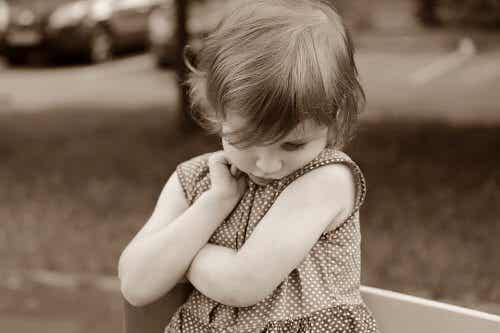 Czy dziecko jest nieśmiałe: jak to rozpoznać?