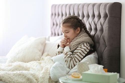 Chora dziewczynka w łóżku - choroby układu oddechowego u dzieci