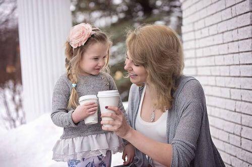Mama i córka z kawą na wynos