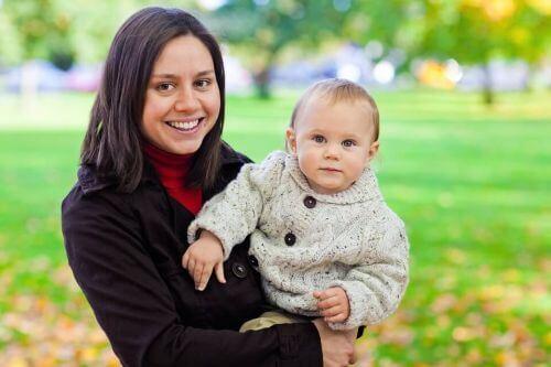 Mama i dziecko na spacerze w parku