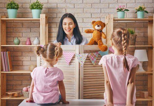 Mama robiąca przedstawienie z zabawkami dla dwóch córek