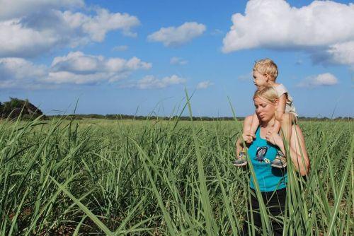 Mama na spacerze z dzieckiem