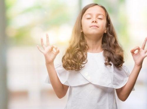 Medytująca dziewczynka w białej sukience