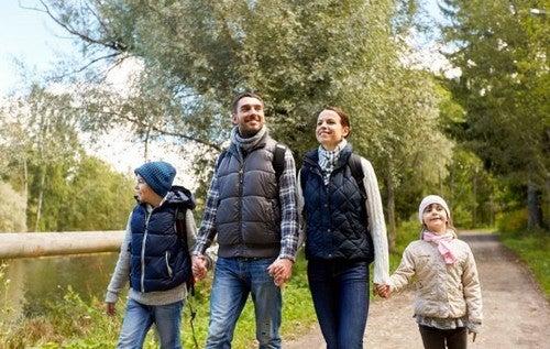 Piesze wędrówki z rodziną - jakie niosą za sobą korzyści?
