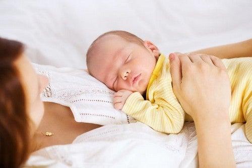 Spanie razem z dzieckiem - przewodnik jak zrobić to bezpiecznie