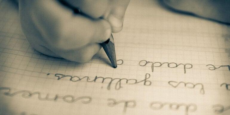 Ręka dziecka pisząca na kartce - charakter pisma