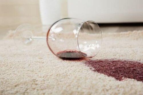 Rozlane czerwone wino - jak usunąć plamy z białych tkanin