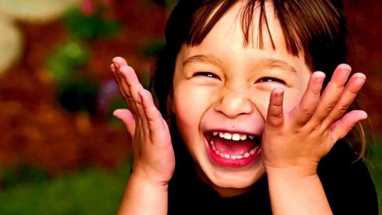 Śmiejąca się dziewczynka - rozwój poczucia humoru u dziecka