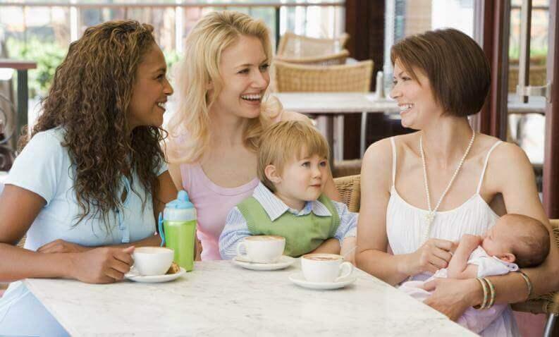 Trzy kobiety z dziećmi przy stole - zalety ciąży