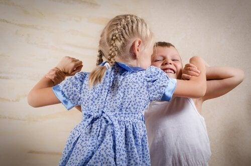 Rodzeństwo bijące się ze sobą