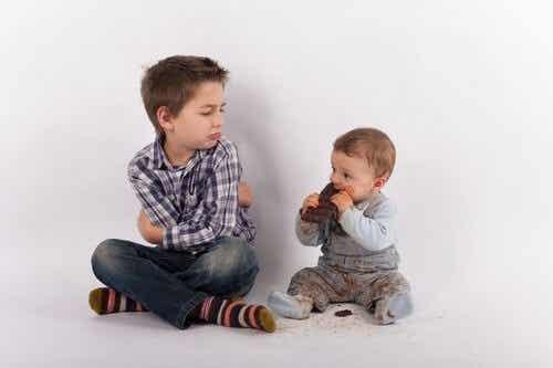 Uniknąć zazdrości po narodzinach rodzeństwa - czy to możliwe?