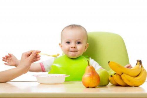 zadowolone dziecko próbuje nowe smaki w diecie