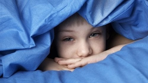 Chłopiec w łóżku