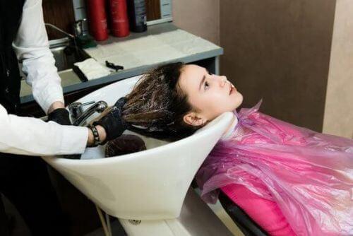 Trwałe prostowanie włosów w ciąży: bezpieczne czy nie?