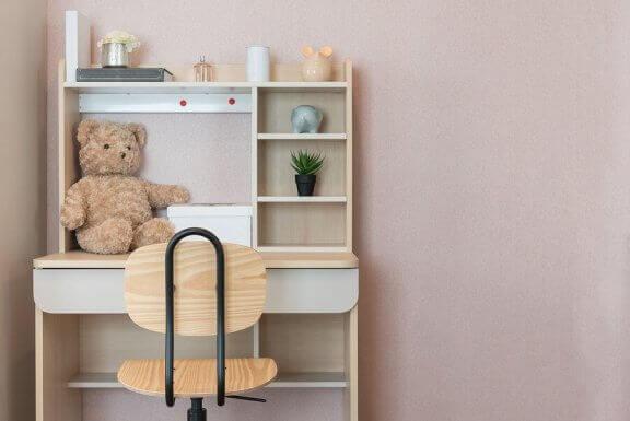 Biurko i krzesło dziecka na tle różowej ściany