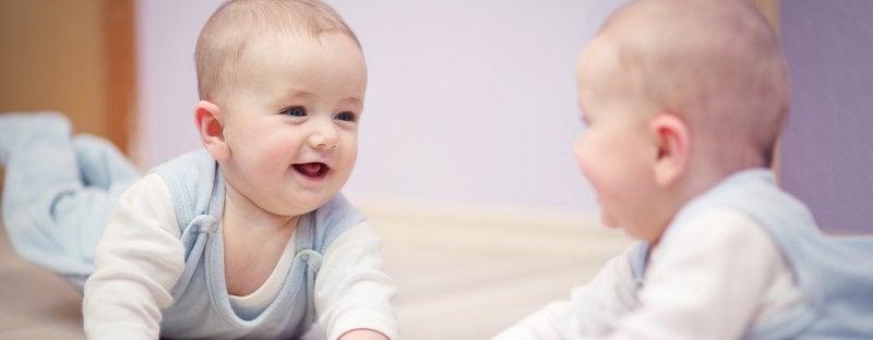 Uśmiechnięte bliźnięta