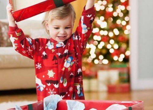 Dziecko rozpakowuje prezent