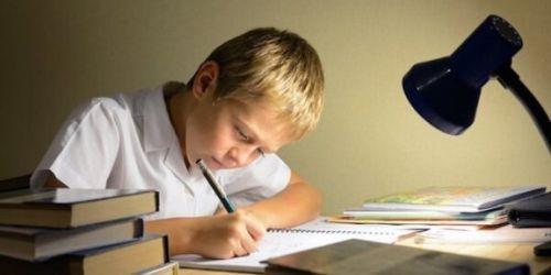 Chłopiec odrabia zadanie domowe