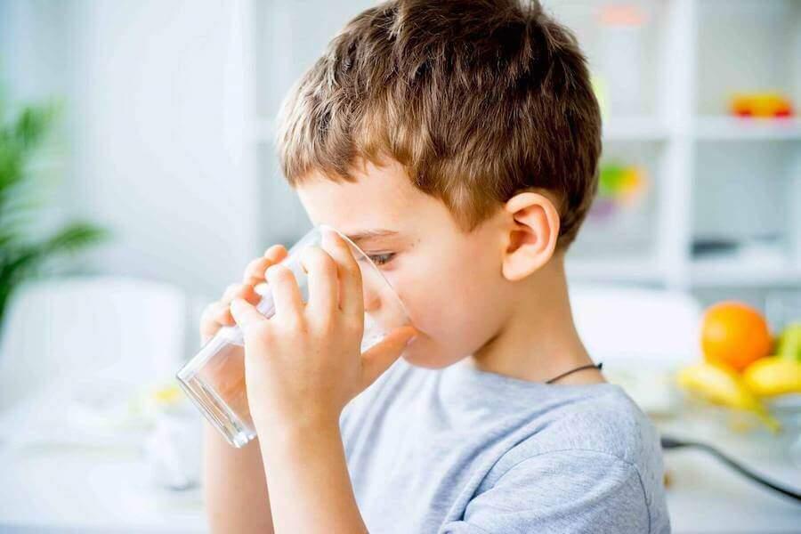 Chłopiec pije wodę