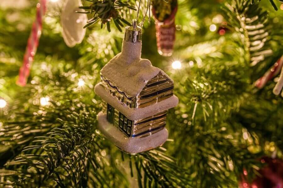 Choinka i bombka choinkowa - dekorowanie ogrodu na Boże Narodzenie