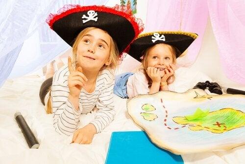 Dwie dziewczynki w pirackich kapeluszach