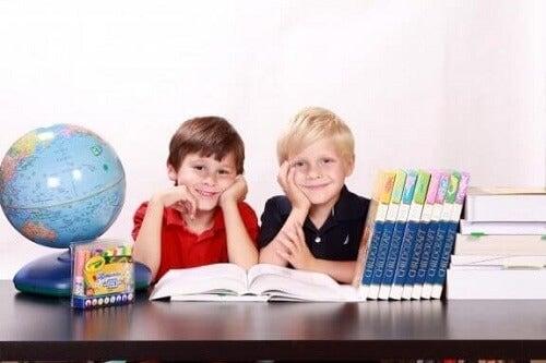 Pokój do nauki dla dziecka: dowiedz się, jak go umeblować i udekorować