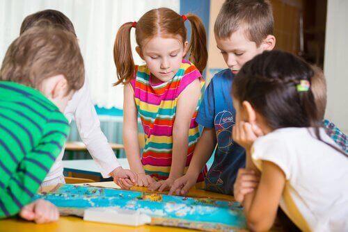 Dzieci układające puzzle na podłodze - zabawy rozwojowe