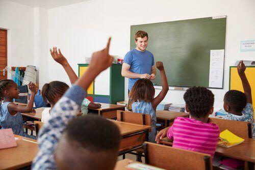 Nauczyciel z uczniami w klasie