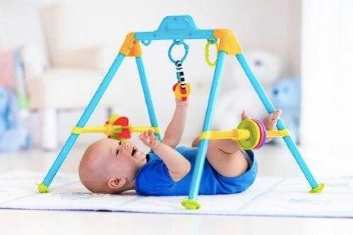 Wczesne ćwiczenia stymulujące dla niemowląt - poznaj kilka propozycji!