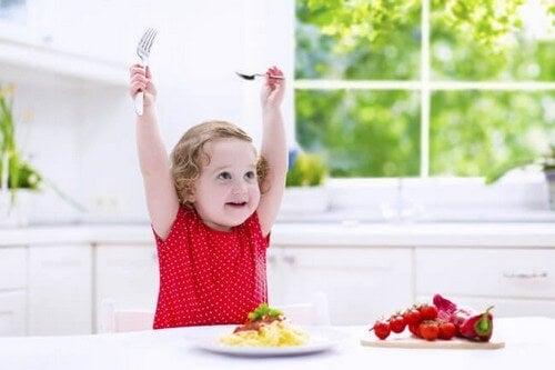 Dziewczynka podczas posiłku