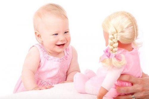 Dziecko śmieje się podczas zabawy
