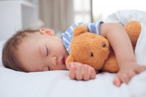 Dziecko śpi z misiem