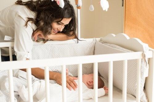 Mama i dziecko w łóżeczku