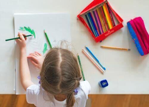 Dziewczynka rysuje przy biurku
