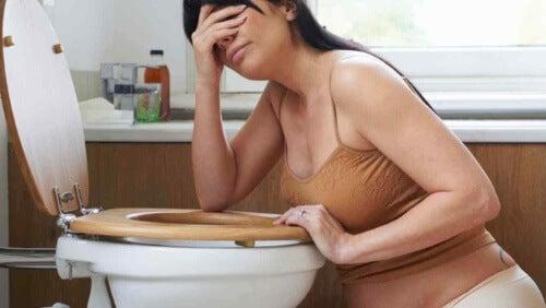 Kobieta nad toaletą, nudności