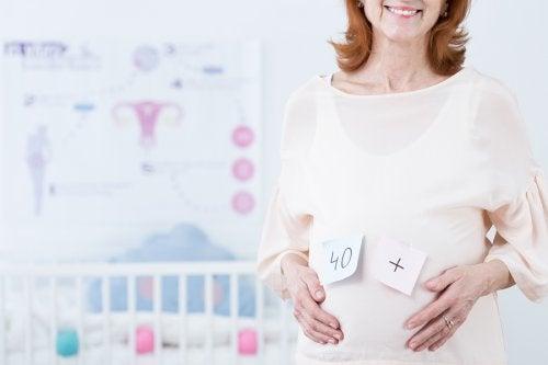 Macierzyństwo w dojrzałym wieku to często świadoma decyzja rodziców w pełni gotowych na podjęcie obowiązków.