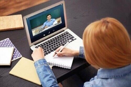Kształcenie na odległość: wady i zalety e-learningu