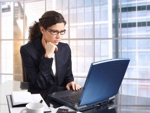 Kobieta w okularach pracująca na laptopie