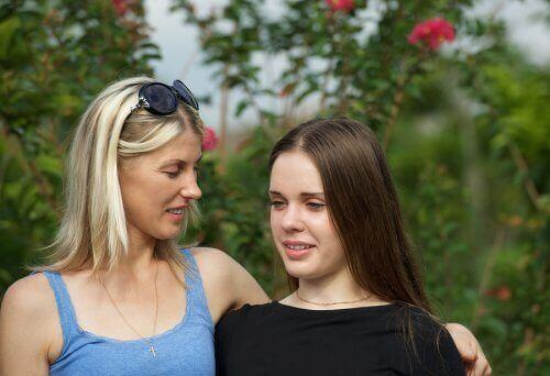 Mama i córka rozmawiają ze sobą