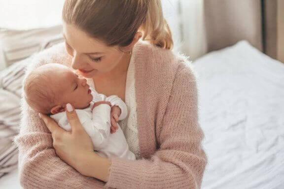 Mama przytulająca noworodka