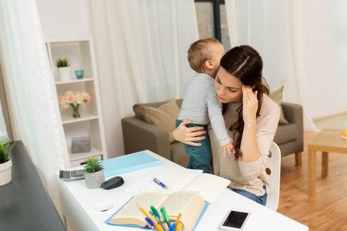 Mama z dzieckiem próbująca się uczyć