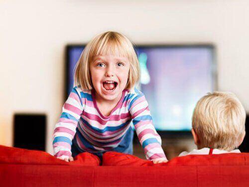 Niespokojne dzieci na kanapie
