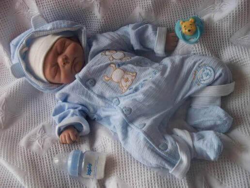 Noworodek w grubszych śpioszkach - czy dziecku jest zimno?