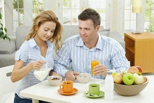 Mąż i żona podczas śniadania